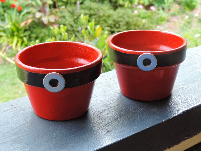 Get the children out into the garden to create a very special hands on Christmas gift for parents and special family members. DIY Santa plant pots!