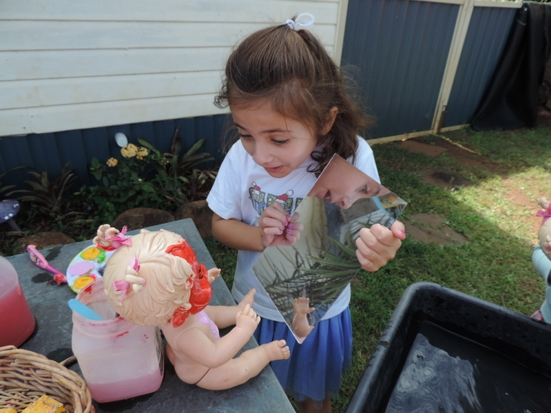 Invite role play, fine motor skills and creativity into outdoor play with this easy doll face painting activity. Play based learning for 2-5 year olds!